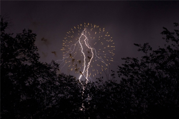 Khi pháo hoa và những tia sét cùng một lúc xé nát bầu trời đêm.