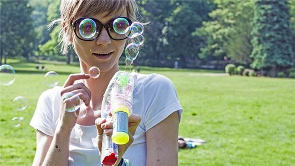 Khi bong bóng xà phòng cũng biết trêu người ta.