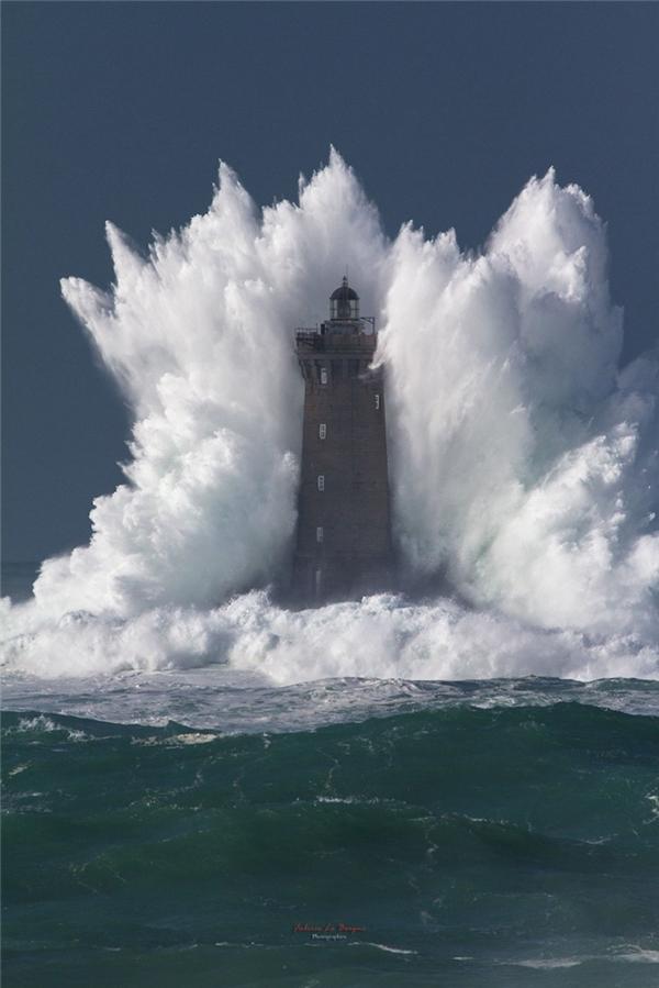 Cột hải đăng đã bị con sóng nuốt chửng.