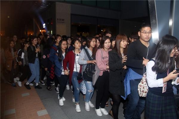 Điều khiến ê-kíp vô cùng bất ngờ là dù thời tiết Seoul đang khá lạnh nhưng vẫn có gần 200 khán giả đến từ rất sớm để tham gia giao lưu và gặp gỡ thần tượng của mình. - Tin sao Viet - Tin tuc sao Viet - Scandal sao Viet - Tin tuc cua Sao - Tin cua Sao
