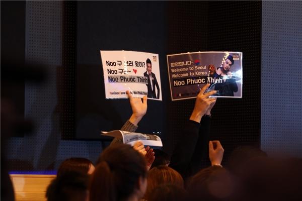 Thú vị là không chỉ có những fan người Việt đang học tập và sinh sống tại Seoul, mà còn có những bạn trẻ người Hàn, Trung Quốc... đến với buổi fan-meeting và thể hiện sự yêu mến dành cho Noo Phước Thịnh. - Tin sao Viet - Tin tuc sao Viet - Scandal sao Viet - Tin tuc cua Sao - Tin cua Sao