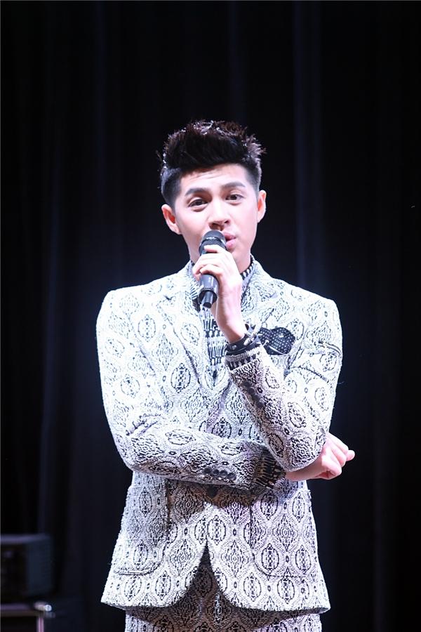 Buổi fan-meeting của Noo Phước Thịnh diễn ra trong một studio với hệ thống âm thanh, ánh sáng hiện đại. - Tin sao Viet - Tin tuc sao Viet - Scandal sao Viet - Tin tuc cua Sao - Tin cua Sao