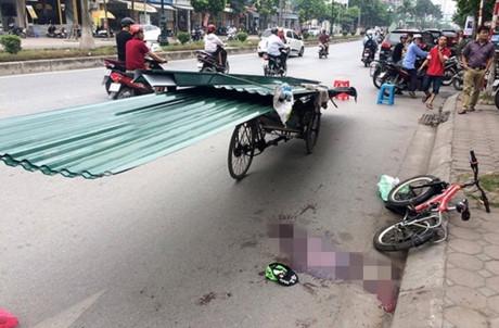 Tai nạn của cháu bé 9 tuổi cùng nhiều tai nạn thương tâm trong thời gian gần đây là hồi chuông cảnh báo cho thực trạng nguy hiểm từ những loại xe thô sơ chở vật liệu xây dựng cồng kềnh lưu thông trên đường phố. (Ảnh: Internet)
