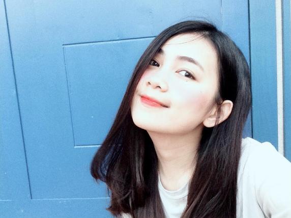 Tham gia cuộc thi Miss tại trường THPTHuỳnh Thúc Kháng (TP. Vinh - Nghệ An), nơi cô đang theo học.