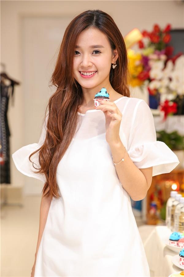 Nữ diễn viên diện bộ cánh màu trắng tinh khôi, nhẹ nhàng vô cùng phù hợp với sắc vóc nhỏ bé của cô.