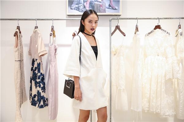 Sự kiện còn có sự góp mặt của người mẫu Thanh Vy - thí sinh Hoa khôi Áo dài Việt Nam 2016.