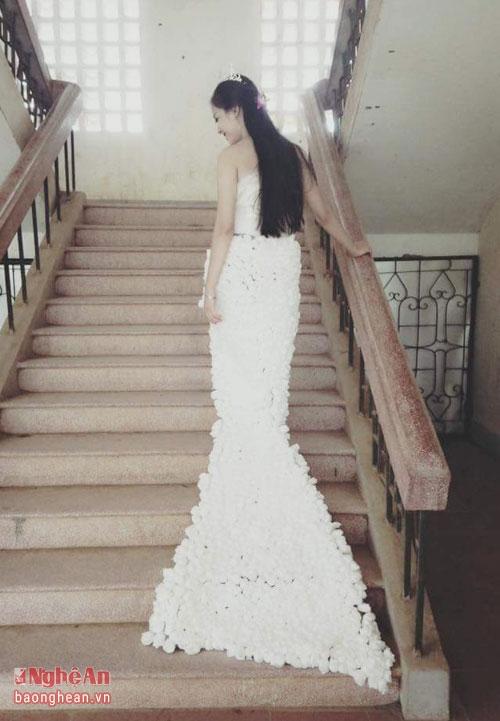 Chiếc váy là bài dự thi của lớp trong chương trình Chung tay bảo vệ môi trường do trường tổ chức.