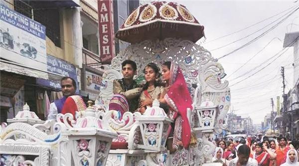 Aradhanacùng cha mẹ trongđám rước ăn mừng việc hoàn thành nghi lễ nhịn ăn68 ngày.