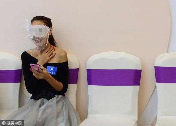 Yu He dùng mặt nạ che mặt khi quay trực tiếp trên mạng xã hội. Cô cho biết: cô khá hồi hộp về ca phẫu thuật, nhưng mong muốn thành công và tiến xa hơn trong sự nghiệp đã giúp cô vững tin hơn.