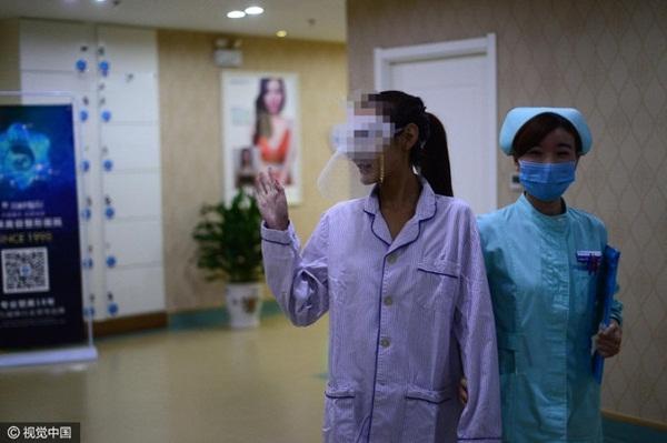"""Thậm chí trước khi bước vào phòng phẫu thuật, Yu He còn tươi tắnvẫy tay chào các """"fan"""" trên mạng xã hội."""