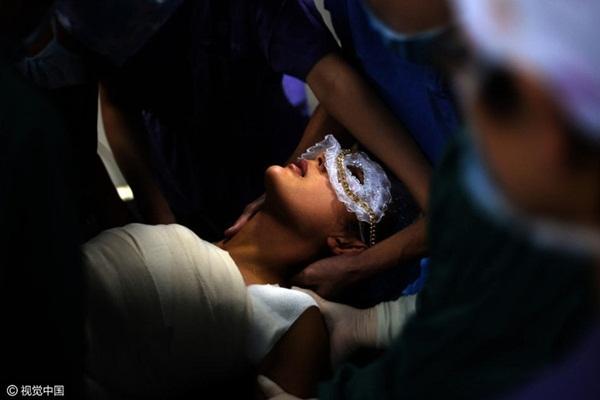 Yu He được quấn băng gạc quanh ngực sau khi ca phẫu thuật đã kết thúc tốt đẹp.