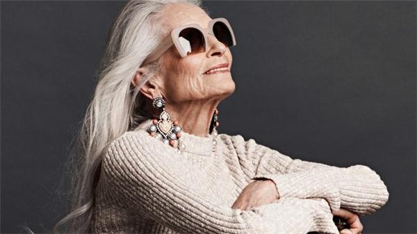 Siêu mẫu 88 tuổi vẫn tỏa sáng rạng ngời