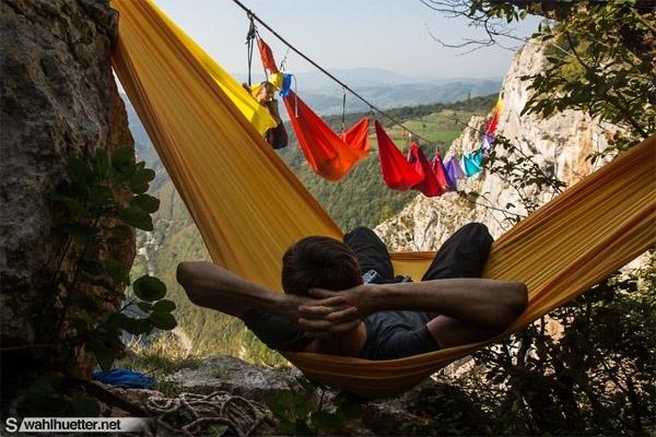 Những người khác có thể nằm võng quan sát từ trong vách núi.(Ảnh: Internet)