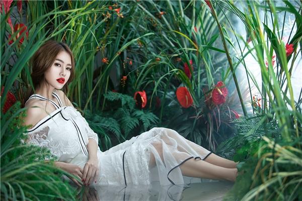 Linh Chi hóa thiên thần với váy áo trắng tinh khôi
