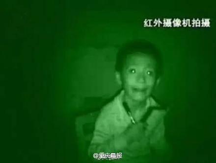 Vào banđêm, đôi mắt cậu bé phát ra một thứ ánh sáng kì lạ.