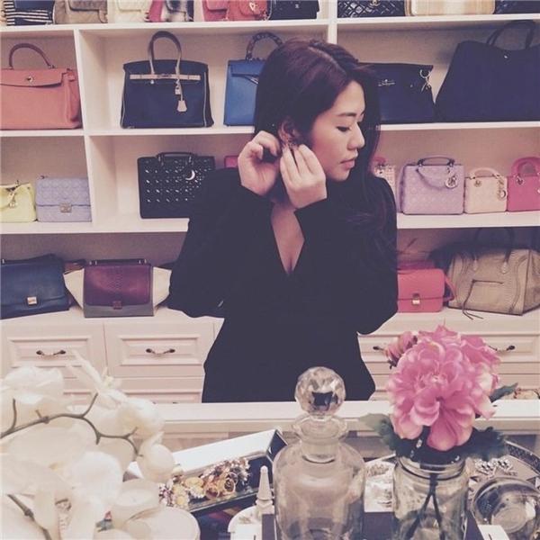 """Cả một bộ sưu tập túi hiệu """"khủng"""" đằng sau lưng cô tiểu thư này.(Ảnh: Instagram @richkidsofvietnam_)"""