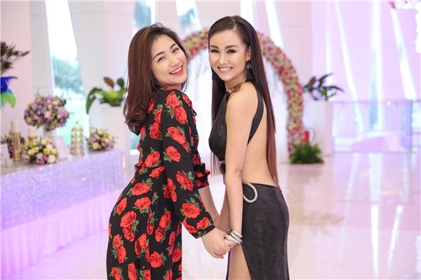 Xuất hiện tại buổi họp báo, Võ Hạ Trâm thu hút sự chú ý với chiếc váy xẻ cao cùng những đường cắt cúp táo bạo khoe vẻ sexy, gợi cảm.