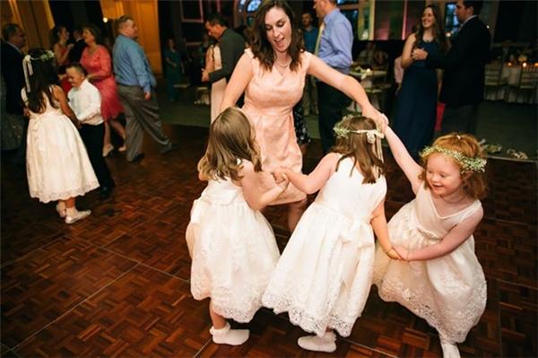 Ảnh cưới đặc biệt trong hôn lễ của cô giáo bên những học trò Down