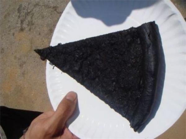 Chẳng biết là bánh pizza hay than vừa nung xong nữa.