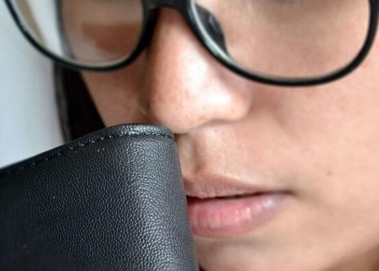 Khi đưa lên mũi ngửi, da thật có mùi ngai ngái của lớp da khi thuộc.