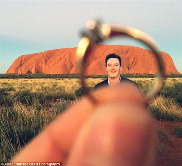 Paul và Elysia gặp nhau lần đầu tại Uluru khi tham gia quay quảng cáo cho hãng Qantas, để rồi 16 năm sau, họ quay trở lại đây để cầu hôn. (Ảnh: Shot From The Heart Photography)