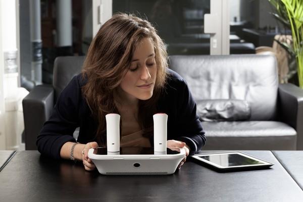 Thiết bị mang tên oPhone có thể giúp bạn gửi và nhận mùi hương thông qua iPhone. (Ảnh: internet)