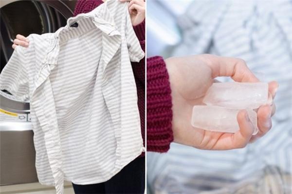 Nếu bạn không mấy hứng thú với việc là áo thì mẹo vặt này chắc chắn là cứu cánh số 1 của bạn.Gomtất cảnhững bộ quần áo nhăn nheo và một vài viên đá vào trong máy giặt và đặt chế độ sấy khô ở nhiệt độ cao trong một vài phút. Hơi nước từ những viên đá sẽ giúplà phẳngcác nếp nhăn trên quần áo của bạn.