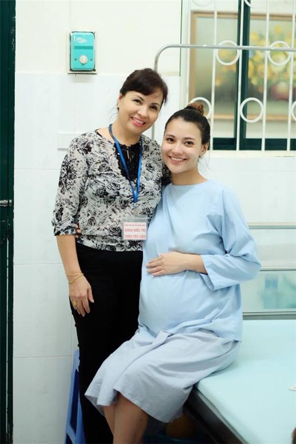 Hoa hậu Ngọc Hân và bố mẹ Hồng Quế đã ở bên cạnh nữ diễn viên lúc sinh nở. - Tin sao Viet - Tin tuc sao Viet - Scandal sao Viet - Tin tuc cua Sao - Tin cua Sao