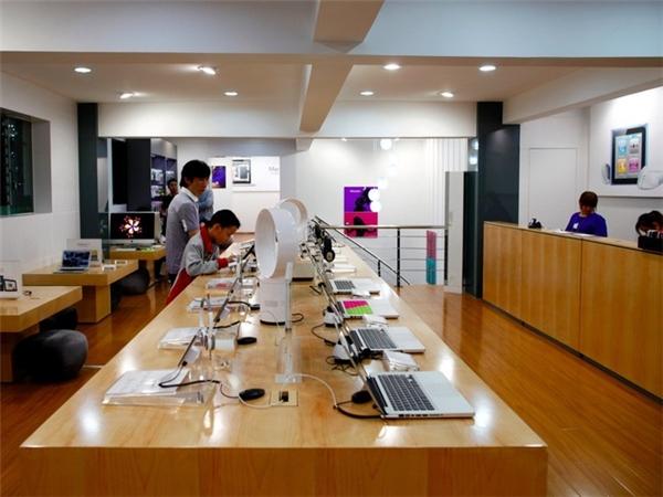 Từ màu gỗ nội thất đến cách bày trí giống hệt như cửa hàng chính thức của Apple tại Trung Quốc ở Thương Hải và Bắc Kinh. Hiện tại, Apple chỉ có 4 cửa hàng ủy quyền chính thức tại Trung Quốc mà thôi. (Ảnh: Weibo)