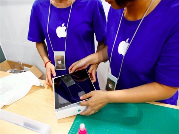 Đến cả nhân viên bán hàng cũng lầm tưởng họ là nhân viên của Apple thật, từ màu áo đồng phục cho đến thẻ nhân viên đều không khác gì so với cửa hàng Apple thật. (Ảnh: Weibo)