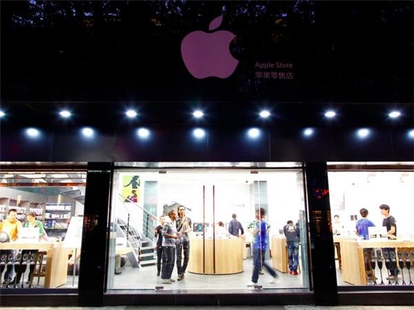 Do dân số đông nhất thế giới nên lượng tiêu thụ sản phẩm tại Trung Quốc là cực kỳ lớn, đến nỗi Apple chính hãng không đáp ứng nỗi sức mua. Đó là lý do hàng nhái vẫn có đất sống tốt tại Trung Quốc. (Ảnh: Weibo)