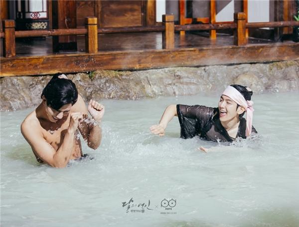 """Không chỉ có Lee Jun Ki, khán giả Người Tình Ánh Trăng còn được dịp """"rửa mắt"""" ngay từ tập đầu tiên với cảnh """"tắm tiên"""" của các vị Hoàng tử. """