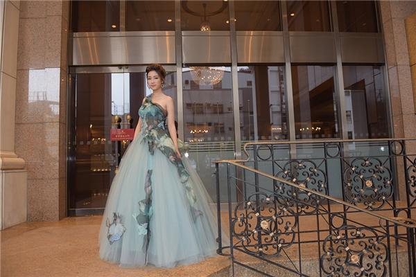 Tham gia đêm tiệc, Đỗ Mỹ Linh xuất hiện ngọt ngào, quyến rũ với bộ trang phục bồng xòe mềm mại của nhà thiết kế Hoàng Hải. Các chi tiết đều được thực hiện một cách kì công, tỉ mỉ.