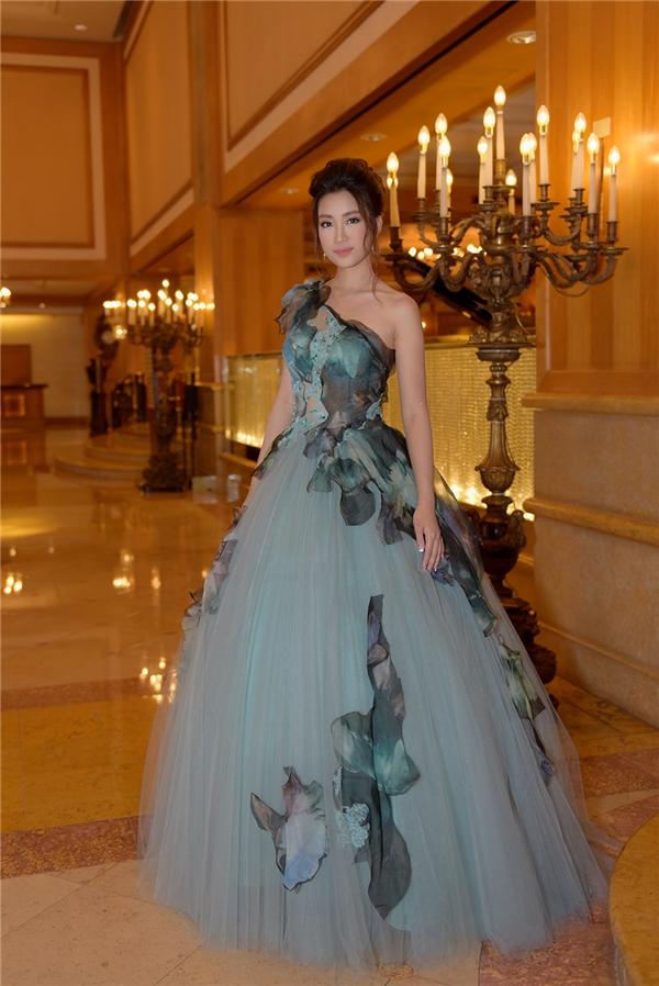 Hoa hậu Việt Nam 2016 khiến quan khách ngẫn ngơ với vẻ ngoài đẹp tựa công chúa Cinderella.