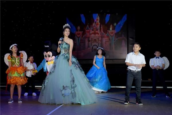 Trong đêm tiệc, Đỗ Mỹ Linh còn xuất hiện trên sân khấu vui đùa cùng những nhân vật hoạt hình bước ra từ thế giới Disney.