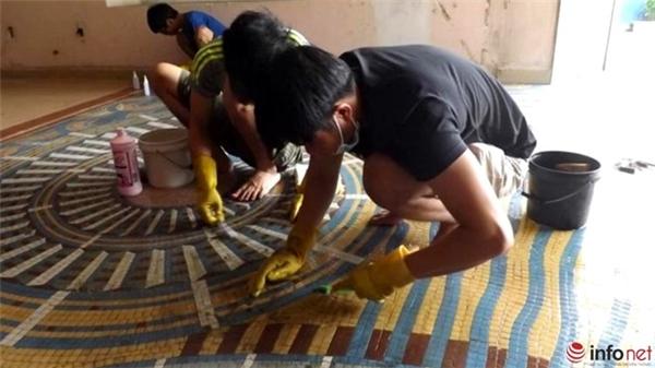Tiếp tục các nhân viên sẽ phủ lên bề mặt các thảm gạch một lớp keo hữu cơ và tấm lưới bằng sợi thủy tinh để cố định trong lúc bóc tách, lớp keo này không ảnh hưởng đến màu sắc, độ bền của thảm gạch.