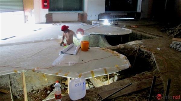 """Sau đó các nhân viên sẽ đào hàm ếch phía dưới theo cách """"lấn dũi"""", đào đến đâu - chống đến đó."""