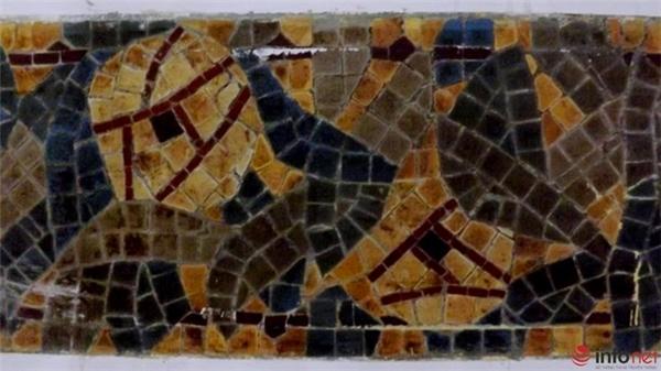 Sau đó những thảm gạch này sẽ được đặt trong thùng gỗ và bảo quản kỹ trong thời gian 3 năm trước khi đưa ra để gắn vào công trình mới. Trong ảnh là một thảm gạch mosaic sau khi được bóc tách.