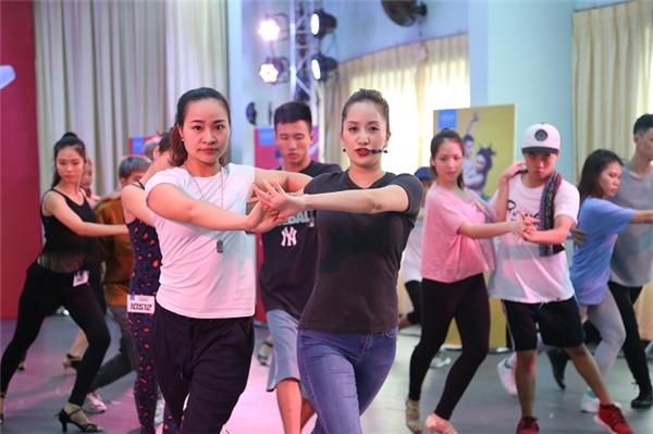 Nữ hoàng dance sport ngày càng trẻ trung và mặn mà khi kết hợp quần jeans và áo thun xám. - Tin sao Viet - Tin tuc sao Viet - Scandal sao Viet - Tin tuc cua Sao - Tin cua Sao