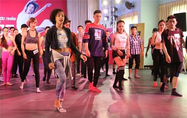 Quán quân So you think you can dance Mỹ mùa 3, Sabra hướng dẫn các thí sinh luyện tập ở một thử thách trước đó. - Tin sao Viet - Tin tuc sao Viet - Scandal sao Viet - Tin tuc cua Sao - Tin cua Sao