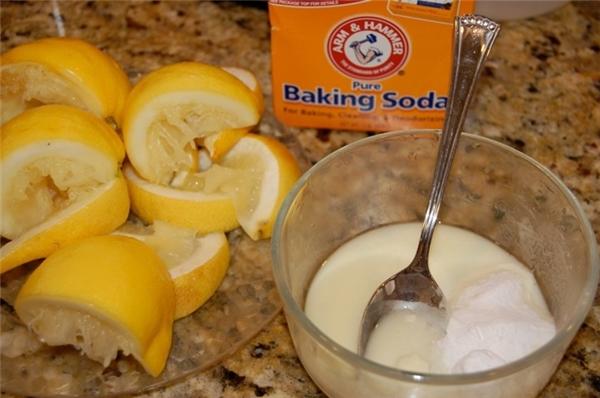 Baking soda và chanh là sự kết hợp hoàn hảo cho việc tẩy vết ố vàng. (Ảnh: Internet)