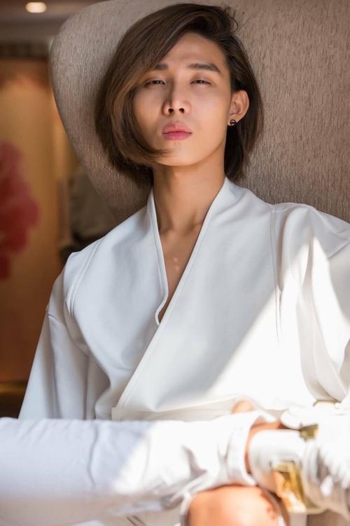 Trong 1 năm trở lại đây, Mid Nguyễn dần trở thành nhân tố được chú ý trên sàn diễn thời trang trong nước. Chàng trai này tên thật là Nguyễn Phạm Minh Đức, sinh năm 1990 và hiện đang là một chuyên gia trang điểm.