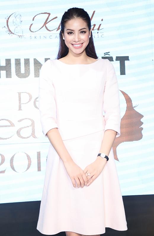 Hoa hậu Phạm Hươngrạng rỡ và nền nãkhi làm giám khảo cho cuộc thi.