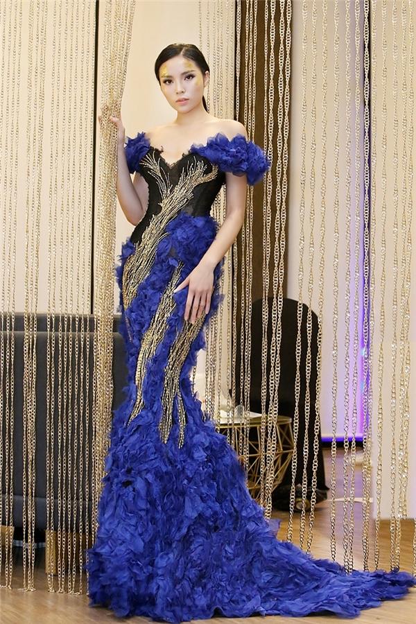 Trong bộ sưu tập mới của Hoàng Hải, Hoa hậu Kỳ Duyên giữ vai trò vedette. Cô diện bộ váy cầu kì lấy 3 tông màu: xanh, vàng, đen làm chủ đạo. Đây là lần hiếm hoi Kỳ Duyên tham gia một sự kiện với tư cách người mẫu trình diễn.