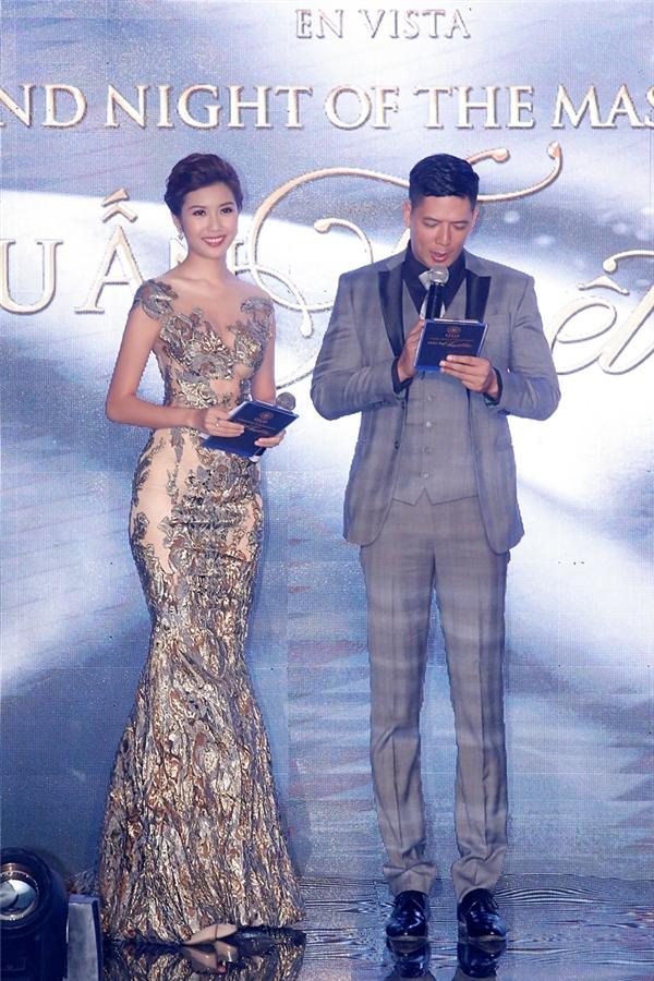 Á hậu Thúy Vân giữ vai trò MC cùng với siêu mẫu Bình Minh. Chất liệu ánh kim của thiết kế giúp Á hậu Quốc tế 2015 trở nên nổi bật.