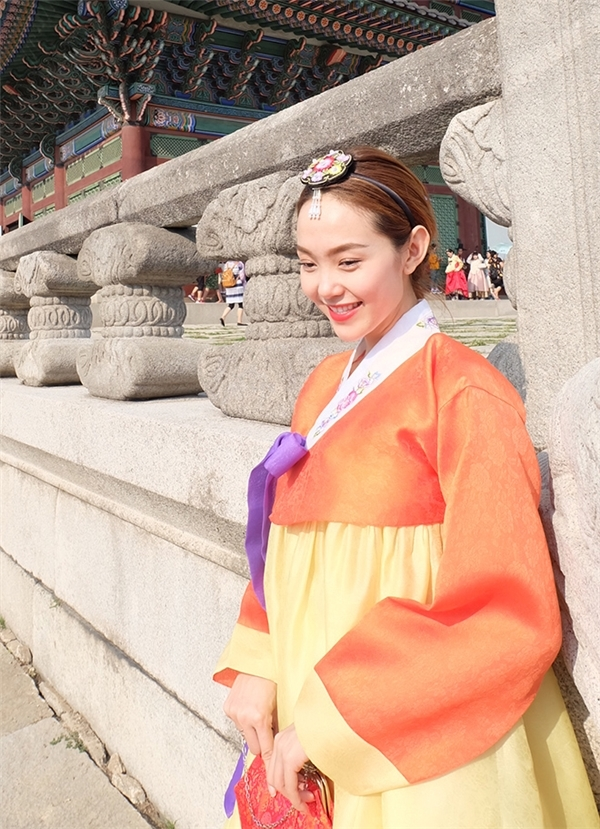 Vừa qua,Minh Hằngđã có chuyến công tác tại Hàn Quốc dài ngày. Nữ ca sĩ luôn tỏ ra thích thú khi mỗi lần được quay trở lại xứ sở kim chi.Trong chuyến tham quan, côdiện hanbok truyền thống với hai sắc màu cam, vàng làm chủ đạo.Minh Hằng chia sẻ, cô bị nhiều du khách lầm tưởng là ngôi sao giải trí của Hàn Quốc và xin chụp ảnh cùng. - Tin sao Viet - Tin tuc sao Viet - Scandal sao Viet - Tin tuc cua Sao - Tin cua Sao