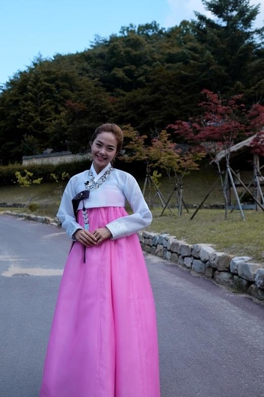 Trong một dịp công tác khác tại Hàn Quốc, Minh Hằng thu hút sự chú ý khi diện bộ hanbok màu sắc rực rỡ.  Ngoài ra, bộ hanbok màu trắng hồng nền nã cũng khiến giọng ca Yolo vô cùng trẻ trung, nhí nhảnh. - Tin sao Viet - Tin tuc sao Viet - Scandal sao Viet - Tin tuc cua Sao - Tin cua Sao