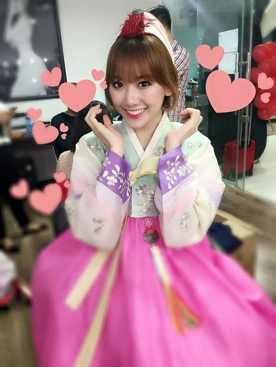 Trông cô khá xinh khi mặc hanbok và tạo dáng dễ thương như thế này. - Tin sao Viet - Tin tuc sao Viet - Scandal sao Viet - Tin tuc cua Sao - Tin cua Sao