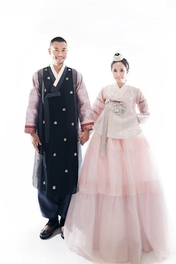 Cặp đôi tỏ ra khá hứng thú khi khoác lên mình những bộ Hanbok với hoạ tiết trang nhã, tinh tế. - Tin sao Viet - Tin tuc sao Viet - Scandal sao Viet - Tin tuc cua Sao - Tin cua Sao