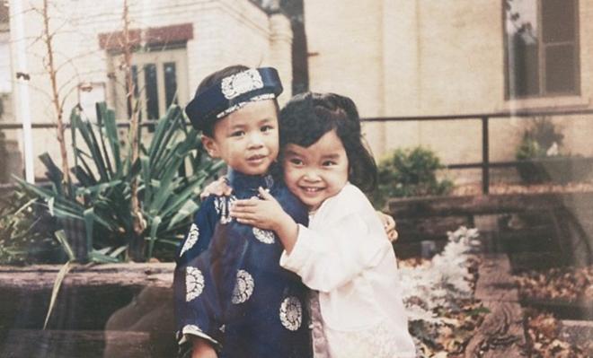 Trùng hợp thay, Đông Lan cũng từng là một đứa bé mồ côi và được cặp đôi nhà báo người Mỹ nhận nuôi năm 1997.